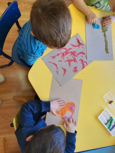 Obrazek zplasteliny – temat dowolny – rozcieranie plasteliny nakartce papieru itworzenie obrazka według własnego pomysłu