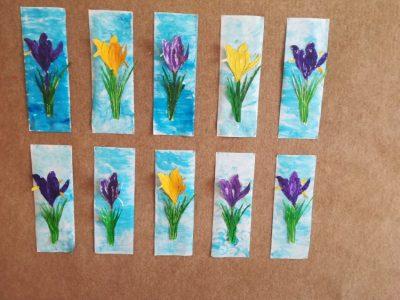 Krokus – malowanie farbami plakatowymi konturu kwiatka, wycięcie iprzyklejenie nakartkę pomalowaną farbą koloru niebieskiego