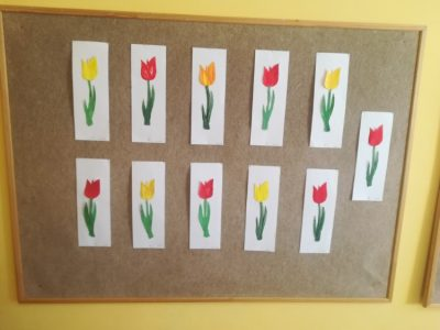 Tulipan – praca polega napomalowaniu konturu tulipana farbami plakatowymi, wycięciu kwiatka iprzyklejeniu nakartkę koloru białego