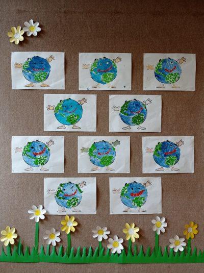Nasza Planeta Ziemia - praca plastyczna wykonana różnymi technikami (malowanie niebieską farbą plakatową, wydzieranka papierem kolorowym orazkolorowanie kredkami ołówkowymi)