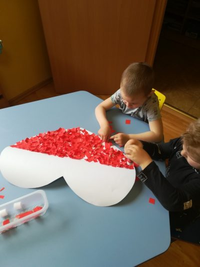Kocham Polskę – wspólne wykonanie serca wkolorze flagi