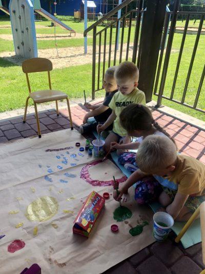 Nasz ogród- malowanie farbami natarasie naarkuszu papieru.