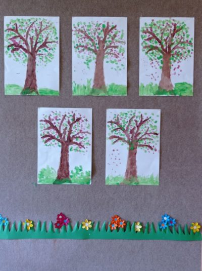 Kwitnące drzewo - malowanie konturu drzewa, liści itrawy farbą plakatową zapomocą pędzla orazstemplowanie kwiatków małą butelką powodzie mineralnej