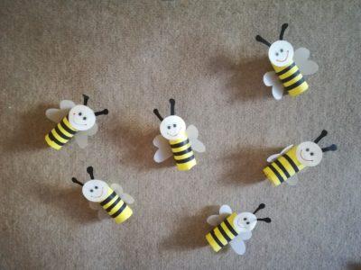 Pszczółki – praca wykonana zrolki papieru toaletowego ipapieru kolorowego orazkalki technicznej