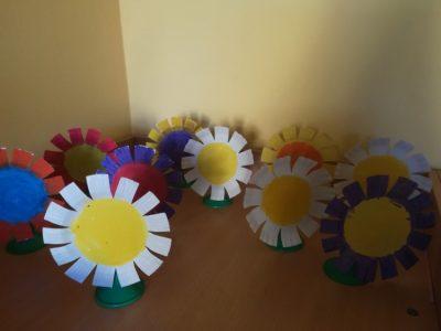 Kwiaty – praca wykonana ztalerzyka papierowego, malowanie farbami plakatowymi