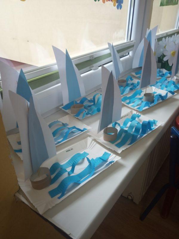 Statki namorzu wykonywanie formy przestrzennej zpapieru kolorowego italerzyka papierowego