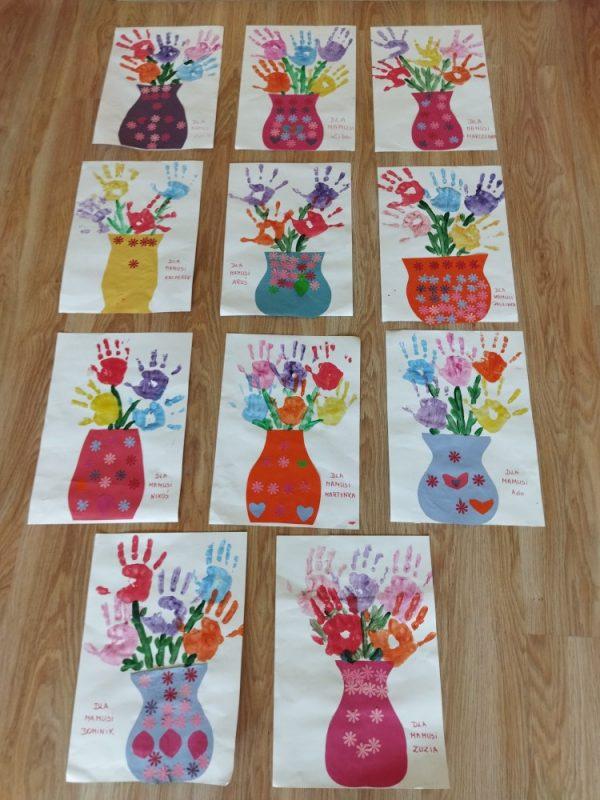 Kwiaty dla mamy- odbijanie rączek pomalowanych farbą