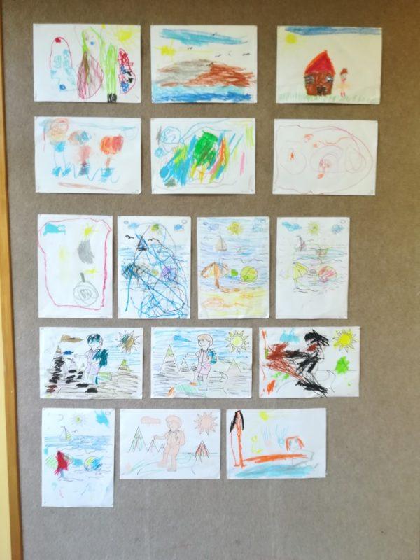 Wspomnienia zwakacji 4 – latki – rysowanie pastelami olejnymi 3 – latki kolorowanie konturu obrazka przedstawiającego wakacje nadmorzem iwgórach