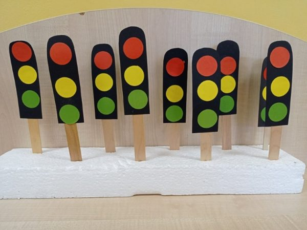 Sygnalizator świetlny - praca przestrzenna zpapieru kolorowego ipatyczków polodach