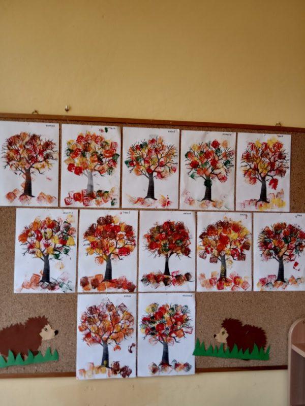 Jesienne drzewa malowanie farbami zapomocą gąbeczki