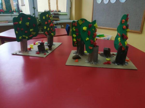 Las jesienią - praca zbiorowa ( 4 -latki)- makieta wykonana zpapieru kolorowego, zrolek papieru toaletowego, materiałów przyrodniczych