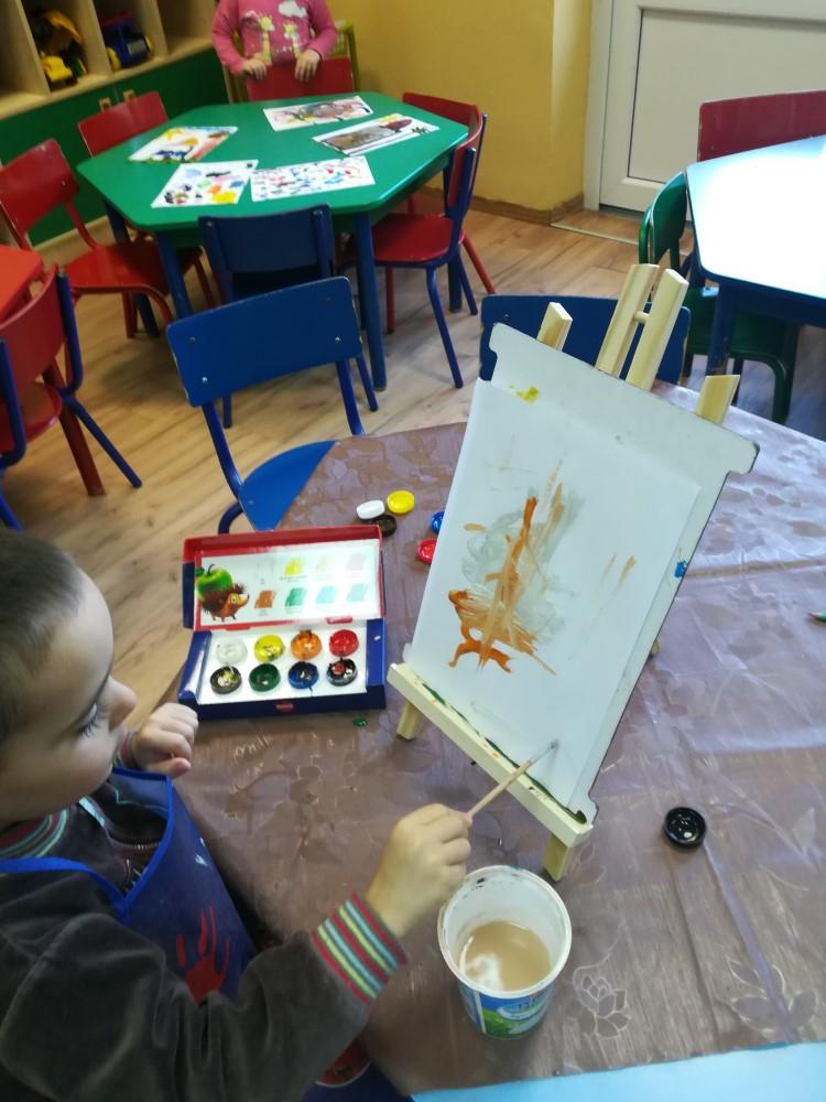 Temat dowolny - malowanie farbami plakatowymi nakartce papieru umieszczonej nasztaludze